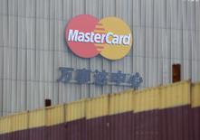 Логотип Mastercard на Mastercard Centre в Пекине 30 октября 3014 года. Visa Inc и Mastercard Inc приветствовали планы Китая открыть рынок электронных платежей для зарубежных компаний, надеясь получить значительную прибыль благодаря доступу на растущий рынок, объем которого превышает $1 триллион в год. REUTERS/Jason Lee