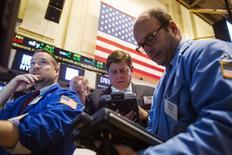 La Bourse de New York a débuté en légère baisse jeudi en dépit du chiffre supérieur aux attentes de la croissance au troisième économique trimestre. En début de séance, le Dow gagne 0,4%, mais le Standard & Poor's 500 recule de 0,08% et le Nasdaq cède 0,1% à 4.544,84. /Photo prise le 29 octobre 2014/REUTERS/Lucas Jackson