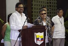 Miembros del equipo negociador de las FARC con el Gobierno colombiano en los diálogos de paz en una rueda de prensa en La Habana, ago 22 2014. La guerrilla de las FARC asumió el jueves su responsabilidad en los actos de guerra cometidos durante el cruento conflicto armado que sostiene en Colombia desde hace medio siglo, de acuerdo a una declaración difundida durante las negociaciones de paz que transcurren en La Habana. REUTERS/Enrique De La Osa