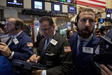 Wall Street a fini résolument en hausse jeudi après un début de séance hésitant, dans un marché porté par de solides résultats de sociétés et des chiffres meilleurs que prévu pour la croissance du troisième trimestre aux Etats-Unis. Le Dow Jones s'est adjugé 1,3%, le Standard & Poor's 500 0,62% et le Nasdaq Composite 0,37%. /Photo prise le 30 octobre 2014/REUTERS/Brendan McDermid