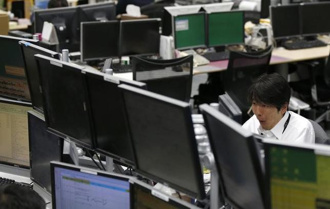 10月31日、東京株式市場で日経平均は大幅続伸し、年初来高値を更新。2007年11月以来、約7年ぶりの高値水準となった。都内の外為取引会社で撮影(2014年 ロイター/Toru Hanai)