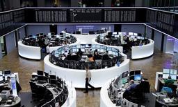 Les Bourses européennes accélèrent vendredi à la mi-séance après l'annonce surprise d'un nouvel assouplissement de sa politique monétaire par la Banque du Japon (BoJ). Vers 12h35, le CAC 40 gagne 2,06% à Paris, le Dax progresse de 1,85% à Francfort et le FTSE avance de 1,18% à Londres. /Photo prise le 31 octobre 2014/REUTERS/Remote