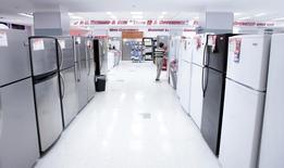 Холодильники в магазине PC Richard and Son store в Нью-Йорке 23 декабря 2009 года. Евросоюз в пятницу начал разбирательство в рамках ВТО в отношении России из-за экспорта сельскохозяйственных и промышленных товаров, говорится в заявлении ВТО. REUTERS/Lucas Jackson