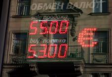 Табло с курсами валют у обменного пункта в Санкт-Петербурге 30 октября 2014 года. Рубль существенно дешевеет в пятницу за счет желающих обезопасить себя от геополитических рисков и падающих нефтяных цен покупкой столь же резко подешевевшей накануне валюты. REUTERS/Alexander Demianchuk