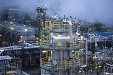 Vista general de la refinadora de petróleo Petrolchemie und Kraftstoffe en Schwedt. Imagen de archivo, 20 octubre, 2014.  El suministro de petróleo de la OPEP ha caído en 120.000 barriles por día (bpd) ante una menor producción en Angola y Nigeria, mostró el viernes un sondeo de Reuters.  REUTERS/Axel Schmidt