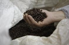 Granos de café almacenados en la planta de la firma Ethical Coffee Company en Ville-la-Grand, Francia, mar 20 2013. Las exportaciones mundiales del café totalizaron 8,15 millones de sacos de 60 kilos en septiembre, una baja de 4,7 por ciento respecto al mismo mes del año pasado, dijo la Organización Internacional del Café (OIC). REUTERS/Denis Balibouse