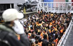 Imigrantes da África subsaariana são resgatados pela Marinha italiana em águas internacionais no Mar Mediterrâneo, entre a Itália e a costa da Líbia, em maio. 14/05/2014  REUTERS/Giorgio Perottino