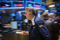 La Bourse de New York a terminé en hausse vendredi, à de nouveaux records de clôture, dans le sillage des autres grands marchés d'actions après l'adoption inattendue par la Banque du Japon de nouvelles mesures de soutien à l'économie, quelques jours après la fin du programme de rachat d'actifs de la Fed. /Photo prise le 31 octobre 2014/REUTERS/Lucas Jackson