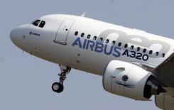 L'avionneur européen Airbus aurait entamé des négociations avec China Aircraft Leasing (Calc) pour la vente d'une centaine d'A320, soit une commande potentielle de neuf à onze milliards de dollars. /Photo prise le 25 septembre 2014/REUTERS/Régis Duvignau