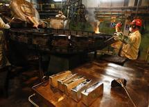 Trabajadores ponen plata fundida en moldes en una planta procesadora de KGHM en Glogow. Imagen de archivo, 10 mayo, 2013. La minera polaca KGHM, el segundo mayor productor de cobre de Europa, prevé que los precios del metal promedien alrededor de 6.800 dólares la tonelada el próximo año, ya que la debilidad adicional del zloty reduciría el efecto de precios más bajos del metal, dijo el lunes el presidente ejecutivo de la compañía.   REUTERS/Peter Andrews