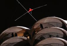 Daredevil Nik Wallenda walks along a tightrope between two skyscrapers suspended 500 feet above the Chicago River in Chicago, Illinois, November 2, 2014.   REUTERS/John Gress