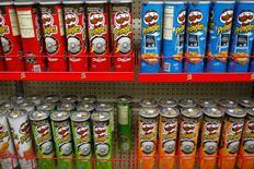"""Una serie de latas de papas fritas Pringles, de Procter & Gamble, a la venta en una gasolinera de Phoenix, EEUU, oct 27 2011. Procter & Gamble, la mayor fabricante mundial de productos para el hogar, dijo el lunes que trabaja """"constructivamente"""" para abordar una denuncia de fraude tributario y de divisas presentada por el fisco de Argentina, que estaría vinculada a operaciones por 138 millones de dólares.  REUTERS/Joshua Lott"""