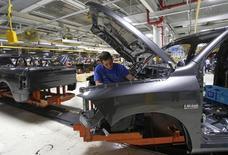 Un trabajador en la planta de ensamblaje Warren de Chrysler en Warren, EEUU, sep 25 2014. La actividad manufacturera de Estados Unidos se aceleró inesperadamente en octubre debido a que los nuevos pedidos repuntaron con fuerza, lo que debería aliviar preocupaciones sobre una moderación significativa en el crecimiento económico en el cuarto trimestre.    REUTERS/Rebecca CooK