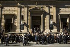 Los asistentes al funeral del diseñador Oscar de la Renta en la iglesia San Ignacio de Loyola en Nueva York, nov 3 2014. El mundo de la moda lloró el lunes la pérdida de uno de sus grandes diseñadores en el funeral privado de Óscar de la Renta, quien falleció de cáncer el mes pasado a los 82 años. REUTERS/Lucas Jackson