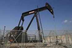 Un extractor de petróleo es visto en Sakir, al sur de Manama. Imagen de archivo, 11 octubre, 2014. Olvídense de teorías de conspiración y prepárense para que la OPEP recorte la producción en noviembre porque eso es lo que necesitan hacer y lo que han hecho en el pasado, dijeron veteranos operadores de crudo en una Cumbre de Materias Primas de Reuters. REUTERS/Hamad I Mohammed