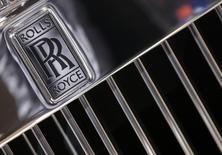 El logo de Rolls Royce es visto en uno de sus vehículos durante el Mundial del Automóvil en París. Imagen de archivo, 03 octubre, 2014.  La compañía británica Rolls-Royce dijo el martes que recortará 2.600 puestos de trabajo en los próximos 18 meses, en un esfuerzo por reducir costos tres semanas después de una advertencia de ganancias. REUTERS/Jacky Naegelen