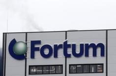 Логотип Fortum на когенерационной станции в Елгаве 3 февраля 2014 года. Подконтрольный правительству Финляндии энергоконцерн Fortum увидел свободу для значительного роста благодаря продаже активов и подтвердил стабильность дивидендных выплат. REUTERS/ Ints Kalnins