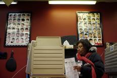 Una persona votando en las elecciones legislativas en Chicago, nov 4 2014. La mayoría republicana en el Senado estadounidense podría llevar a nuevas medidas legislativas que afecten directamente al sector de la energía y a otras partes del mercado de valores.  REUTERS/Jim Young