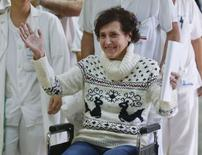 Enfermeira espanhola Teresa Romero deixa hospital em Madri nesta quarta-feira.  REUTERS/Andrea Comas