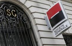 Логотип Societe Generale на фасаде здания в Париже 7 ноября 2013 года. Чистая прибыль Societe Generale, второго крупнейшего банка Франции, подскочила на 57 процентов в третьем квартале, так как сокращение резервов под плохие кредиты компенсировало слабость розничного банковского сектора и торговли акциями. REUTERS/ Jacky Naegelen