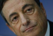 Mario Draghi, presidente del BCE, durante una conferencia de prensa en Frankfurt, 06 noviembre, 2014.  El Banco Central Europeo tiene previsto incrementar su hoja de balance hasta los niveles del 2012, dijo el jueves el presidente del organismo Mario Draghi, al reiterar los comentarios que han irritado a ciertas autoridades de política monetaria de la zona euro por marcar un límite a la expansión.  REUTERS/Kai Pfaffenbach