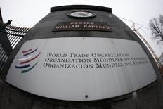 El logo de la OMC visto en la entrada de su sede en Ginebra. Imagen de archivo, 09 abril, 2013.  La Organización Mundial de Comercio pidió el jueves al G-20, el grupo de economías líderes, iniciar el retiro de las barreras comerciales establecidas tras la crisis económica global del 2008 y así permitir que el comercio internacional retome el sólido crecimiento que registró a inicios de este siglo. REUTERS/Ruben Sprich