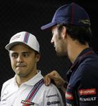 Felipe Massa, da Williams, conversa com Jean-Eric Vergne, da Toro Rosso, após dar entrevista coletiva em São Paulo. 06/11/2014 REUTERS/Paulo Whitaker