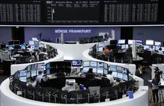 Трейдеры на торгах фондовой биржи во Франкфурте-на-Майне 6 ноября 2014 года. Европейские фондовые рынки растут при поддержке квартальных отчетов крупных компаний и накануне публикации данных о занятости в США. REUTERS/Remote/Stringer