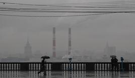 Люди на Воробьевых горах в Москве 7 ноября 2013 года. Выходные в Москве будут дождливыми, но теплыми, свидетельствует усреднённый прогноз, составленный на основании данных Гидрометцентра России, сайтов intellicast.com и gismeteo.ru. REUTERS/Maxim Shemetov