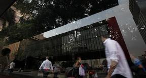 El museo de arte de Sao Paulo reflejado en un vidrio en avenida Paulista, distrito financiero de Sao Paulo. Imagen de archivo, 18 abril, 2014. Los precios al consumidor en Brasil subieron un 6,59 por ciento en los 12 meses hasta octubre, tras el avance a un 6,75 por ciento en el mes anterior, pero aún se mantienen sobre objetivo del Gobierno, según datos oficiales publicados el viernes. REUTERS/Paulo Whitaker