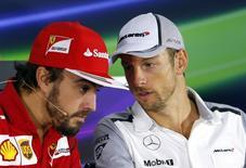 Piloto de Fórmula 1 da equipe Ferrari, Fernando Alonso, ao lado do piloto da McLaren, Jenson Button, durante coletiva de imprensa antes do Grande Prêmio da Rússia. 9/10/2014.  REUTERS/Laszlo Balogh