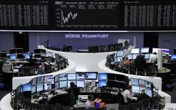 Les Bourses européennes, en hausse durant la plus grande partie de la matinée en réaction aux déclarations faites jeudi par la Banque centrale européenne (BCE), se retournaient à la baisse pour la plupart vendredi à la mi-journée, dans le sillage des valeurs bancaires. À Paris, le CAC 40 perdait 0,54%. À Francfort (photo), le Dax cédait 0,3%, mais à Londres, le FTSE avançait de 0,55%. /Photo prise le 7 novembre 2014/REUTERS