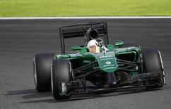 Caterham Formula One driver Kamui Kobayashi of Japan waves as he negotiates a corner during the qualifying session of the Japanese F1 Grand Prix at the Suzuka Circuit October 4, 2014.  REUTERS/Toru Hanai