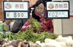 Покупательница в супермаркете в китайском городе Ханьдань в провинции Хэбэй 10 ноября 2014 года. Годовая потребительская инфляция в Китае осталась в октябре 2014 года у пятилетнего минимума в 1,6 процента, как и в сентябре, подтверждая замедление второй мировой экономики и укрепляя надежды на то, что власти применят новые меры для поддержания роста. REUTERS/China Daily