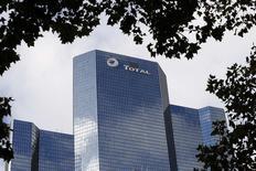 L'action Total gagne environ 1% à mi-séance lundi à la Bourse de Paris, profitant de la hausse des cours du pétrole. /Photo prise le 21 octobre 2014/REUTERS/Charles Platiau