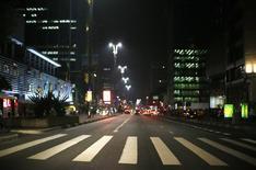 La avenida Paulista se ve despejada en el distrito financiero de Sao Paulo. Imagen de archivo, 17 junio, 2014. Economistas encuestados por el Banco Central de Brasil disminuyeron sus expectativas de crecimiento para el país este año y el próximo, de acuerdo a los resultados del sondeo Focus difundido el lunes. REUTERS/Ivan Alvarado