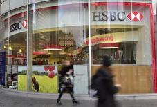 Personas pasan frente a una de las oficinas de HSBC en el centro de Londres. Imagen de archivo, 03 noviembre, 2014. Los bancos más grandes del mundo debiesen tener un fondo de bonos en caso de un colapso para evitar los rescates gubernamentales, propuso el lunes un regulador mundial. REUTERS/Toby Melville
