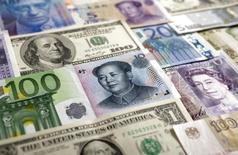 Le  Conseil de stabilité financière, qui réunit des représentants des autorités financières du G20, estime que les plus grandes banques du monde devraient être contraintes de détenir des réserves d'obligations afin d'éviter aux Etats d'avoir à les renflouer en cas de crise. /Photo d'archives/REUTERS/Kacper Pempel
