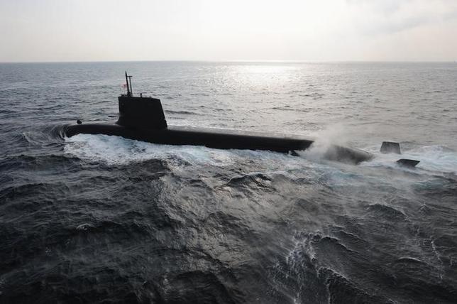 11月7日、オーストラリアの次世代潜水艦の建造計画をめぐり、日本から完成品を輸入することを検討しているとされるアボット豪首相に、入札実施を求める声が州政府などで強まっている。写真は海上自衛隊の潜水艦。提供写真(2014年 ロイター)