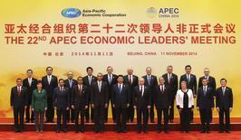 Líderes de la APEC posan para una fotografía grupal en el Centro Internacional de Convenciones del lago de Yanqi en Beijing, 100 noviembre, 2014. Los miembros de un bloque económico de Asia y el Pacífico repitieron su compromiso con un marco de liberalización del comercio impulsado por China, dijo un comunicado conjunto el martes. REUTERS/Kim Kyung-Hoon