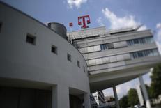Berlin envisage de réduire ses participations dans Deutsche Telekom et Deutsche Post afin de profiter de leur forte valorisation boursière dans un climat de pressions pour que l'Etat dépense davantage afin de relancer une économie allemande en voie de ralentissement. /Photo d'archives/REUTERS/Wolfgang Rattay