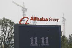 El logo de la minorista Alibaba en su sede en Hangzhou, China, nov 11 2014. Las ventas de la gigante online Alibaba por el Día de los Solteros superaron la marca de 8.000 millones de dólares el martes, una cifra que refleja el poder de compra de los consumidores chinos y la importancia del evento en el calendario del sector minorista. REUTERS/Aly Song