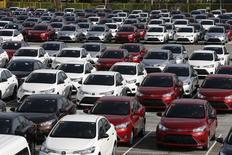 Toyota Motor Corp a annoncé mercredi le rappel d'un total de 361.800 véhicules dans le monde, dont la berline Camry, pour trois défauts distincts dont une rotule défectueuse qui pourrait causer une perte de contrôle du véhicule. L'Europe est la zone la plus touchée par ce rappel avec 120.000 voitures concernées, suivie du Japon avec 40.000. /Photo prise le 11 août 2014/REUTERS/Erik De Castro
