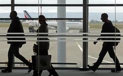 Air France-KLM a annoncé mercredi un trafic passagers en hausse de 2% en octobre avec un coefficient d'occupation en progression de 0,7 point, à 84,7%, tirée par le développement de la zone Amérique Latine. Le trafic cargo a pour sa part accusé une baisse de 1,2%. /Photo prise le 24 septembre 2014/REUTERS/Jean-Paul Pélissier