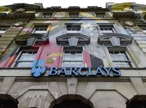 Barclays ne fait pas partie de l'accord amiable annoncé mercredi entre cinq banques et des autorités de régulation dans l'affaire des manipulations présumées du marché des changes à cause de complications dans ses négociations séparées avec le régulateur de New York,selon plusieurs sources. /Photo prise le 22 octobre 2014/ REUTERS/Toby Melville