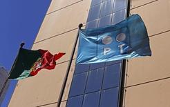 Les sociétés de capital-investissement Apax Partners et Bain Capital ont remis au brésilien Oi une offre de 7,075 milliards d'euros sur les actifs portugais de Portugal Telecom, déjà convoités par Altice. /Photo prise le 13 juillet 2014/REUTERS/Hugo Correia