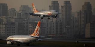 Aeronave da Gol se prepara para aterrisar no aeroporto de Congonhas, em São Paulo. 11/07/2011 REUTERS/Nacho Doce