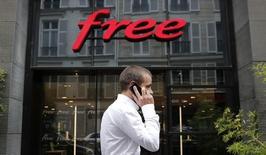 Iliad a annoncé avoir recruté plus d'abonnés que prévu dans la téléphonie mobile au troisième trimestre, continuant à surfer sur des offres qui avaient ébranlé le marché français début 2012. /Photo d'archives/REUTERS/Christian Hartmann
