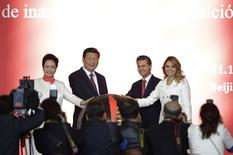 El presidente de México, Enrique Peña Nieto, y su esposa Angélica Rivera, junto al presidente chino, Xi Jinping, y su esposa Peng Liyuan, asisten a la ceremonia de inauguración de una exhibición en Beijing, 13 noviembre, 2014. China y México crearán un fondo de inversión de 2.400 millones de dólares para apoyar la infraestructura, la minería y los proyectos de energía y están considerando un acuerdo petrolero de unos 5.000 millones de dólares, dijo el jueves el presidente mexicano, Enrique Peña Nieto. REUTERS/Jason Lee