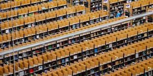 Dans un centre de logistique d'Amazon à Brieselang en Allemagne. Hachette Book Group et Amazon ont annoncé jeudi dans un communiqué commun être parvenus à un accord dans le conflit qui les opposaient sur les prix des livres numériques. /Photo prise le 11 novembre 2014/REUTERS/Hannibal